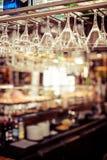 Les verres vides pour le vin au-dessus d'une barre étirent Photographie stock