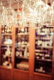 Les verres vides pour le vin au-dessus d'une barre étirent Photos libres de droits