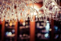 Les verres vides pour le vin au-dessus d'une barre étirent Images stock
