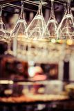 Les verres vides pour le vin au-dessus d'une barre étirent Image stock