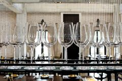 Les verres vides pour le vin au-dessus d'une barre étirent Images libres de droits