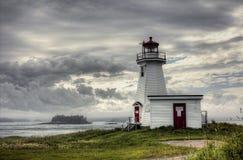 Les verts dirigent le phare chez Letete, Nouveau Brunswick un après-midi nuageux en été photos libres de droits