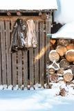 Les vestes oubliées sur la grange Image libre de droits