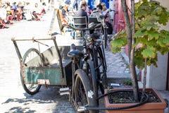 Les vieilles bicyclettes ont fermé à clef sur un trottoir de Paris Photographie stock libre de droits