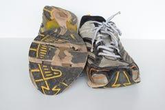 Les vieilles chaussures de sport, vieilles chaussures pulsantes, vieilles espadrilles, utilisées folâtrent des chaussures, vieill Photos stock