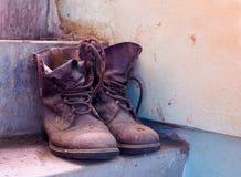 Les vieilles chaussures l'ont placé sur l'escalier Images libres de droits