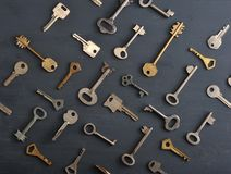 Les vieilles clés rouillées ferme à clef - sur le fond rustique en bois foncé Photos stock