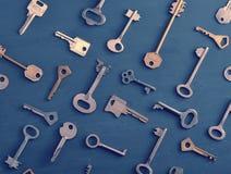 Les vieilles clés rouillées ferme à clef - sur le fond rustique en bois foncé Photographie stock libre de droits