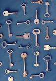 Les vieilles clés rouillées ferme à clef - sur le fond rustique en bois foncé Image libre de droits