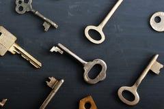 Les vieilles clés rouillées ferme à clef - sur le fond rustique en bois foncé Images libres de droits
