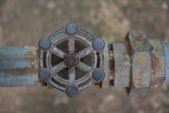 Les vieilles conduites d'eau et valves de l'eau est rouille Photo libre de droits