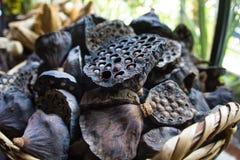 Les vieilles cosses sèches de lotus avec des graines et des trous vides se ferment pour le fond dans le panier en osier Tige de g photographie stock