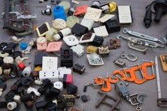 Les vieilles deuxièmes électricités se vendent au marché aux puces photos stock