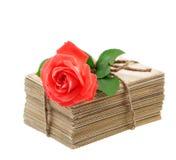 Les vieilles lettres et cartes postales d'amour avec la rose de rouge fleurissent Photographie stock