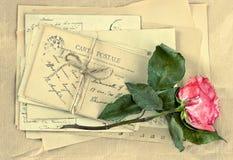 Les vieilles lettres et sèchent la fleur rose cartes postales et enveloppes de vintage Photographie stock libre de droits