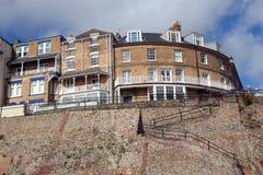 Les vieilles maisons sur une falaise complètent en Angleterre. Photo stock