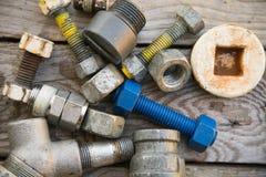 Les vieilles pièces de machine dans les machines font des emplettes sur le fond en bois, le fond d'industrie avec les pièces endo Photos libres de droits
