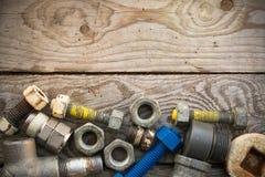 Les vieilles pièces de machine dans les machines font des emplettes sur le fond en bois, le fond d'industrie avec les pièces endo Images stock
