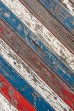 Les vieilles planches diagonales ont peint le blanc, le rouge et le bleu images libres de droits