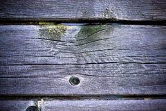 Les vieilles planches en bois avec la peinture d'épluchage aiment le fond toned images libres de droits