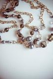 Les vieilles poires perle avec la chaîne, photo avec l'espace de copie Image stock