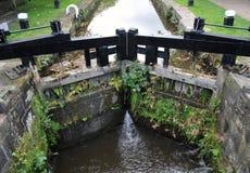 Les vieilles portes d'écluse en bois de canal sur le canal de rochdale hebden le pont images stock