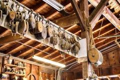 Les vieilles poulies en bois de bloc et d'attirail dans des constructeurs d'un bateau font des emplettes images libres de droits