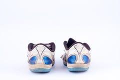 Les vieilles rétros portées chaussures futsal de sports sur le fond blanc ont isolé la vue arrière Photos libres de droits