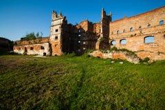 Les vieilles ruines des murs effondrés avec des portes et des fenêtres Staroselskiy se retranchent dans le regard fixe Selo Photos libres de droits