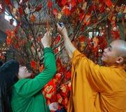 Les Vietnamiens sélectionnent le présent chanceux sur Tet, culture traditionnelle Photos libres de droits