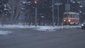 Les vieux arrêts de tram aux feux de signalisation en hiver banque de vidéos
