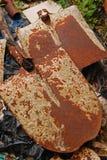 Les vieux articles non désirés aiment le jardin extérieur de houe à la maison Image libre de droits