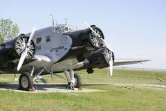 Les vieux avions dans le visiteur se garent à l'aéroport de Munich Photos stock