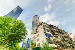 Les vieux bâtiments coexistent avec les gratte-ciel modernes à Changhaï, Chine Photographie stock libre de droits