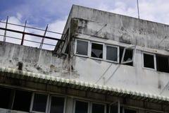 Les vieux bâtiments ont endommagé la fenêtre Photographie stock libre de droits