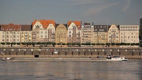 Les vieux bâtiments près de la rivière en Europe, bateaux naviguent banque de vidéos