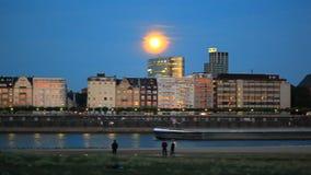 Les vieux bâtiments près de la rivière en Europe, bateaux naviguent clips vidéos