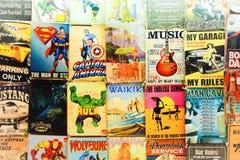 Les vieux bandes dessinées et signes à vendre à un marché de Waikiki calent Photographie stock