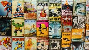 Les vieux bandes dessinées et signes à vendre à un marché de Waikiki calent Photographie stock libre de droits
