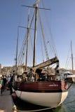 Les vieux bateaux de navigation se sont accouplés dans le vieux port de Marseille Images libres de droits