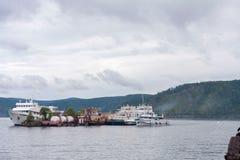 Les vieux bateaux sont amarrés au milieu du lac et forment une île photos libres de droits