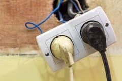 Les vieux câbles de cordon de secteur ont branché à la prise murale européenne pendant le r Photos stock