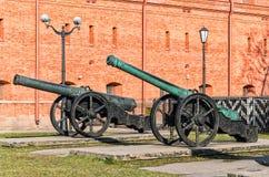 Les vieux canons s'approchent du musée de l'artillerie Images libres de droits