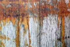 Les vieux conseils gris de dessous les barils de taches rouillées Image libre de droits