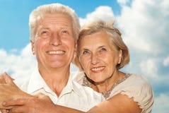 Les vieux couples beaux ont fait une promenade Image stock