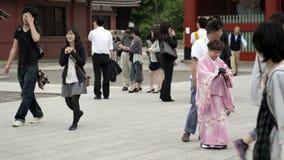 Les vieux couples dans Yukata posent devant le Sensoji Kaminarimon banque de vidéos