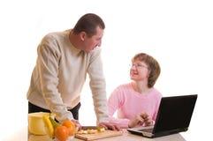 Les vieux couples effectuent un dîner Image stock