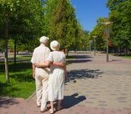 Les vieux couples heureux pendant l'été sur une promenade photographie stock libre de droits