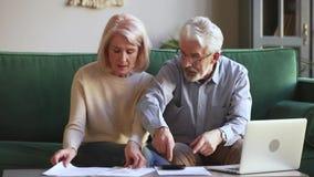 Les vieux couples inquiétés ont soumis à une contrainte au sujet de la dette de banque impayée tenant des factures banque de vidéos