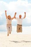 Les vieux couples plaisants apprécient la brise marine Photographie stock libre de droits